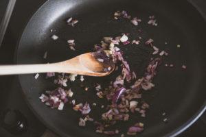 Veganes BBQ - pikante Süßkartoffel-Pattys Zwiebeln anbraten